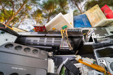 Global E-waste Monitor 2020 al ONU raportează un record de 59 de tone de deșeuri electrice și  electronice și prezice o creștere la 81 de tone până în 2030.